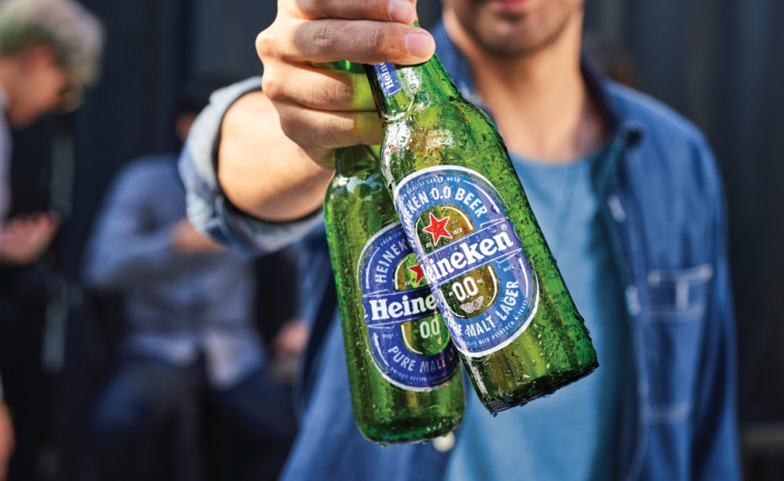 hombre con botella de cerveza