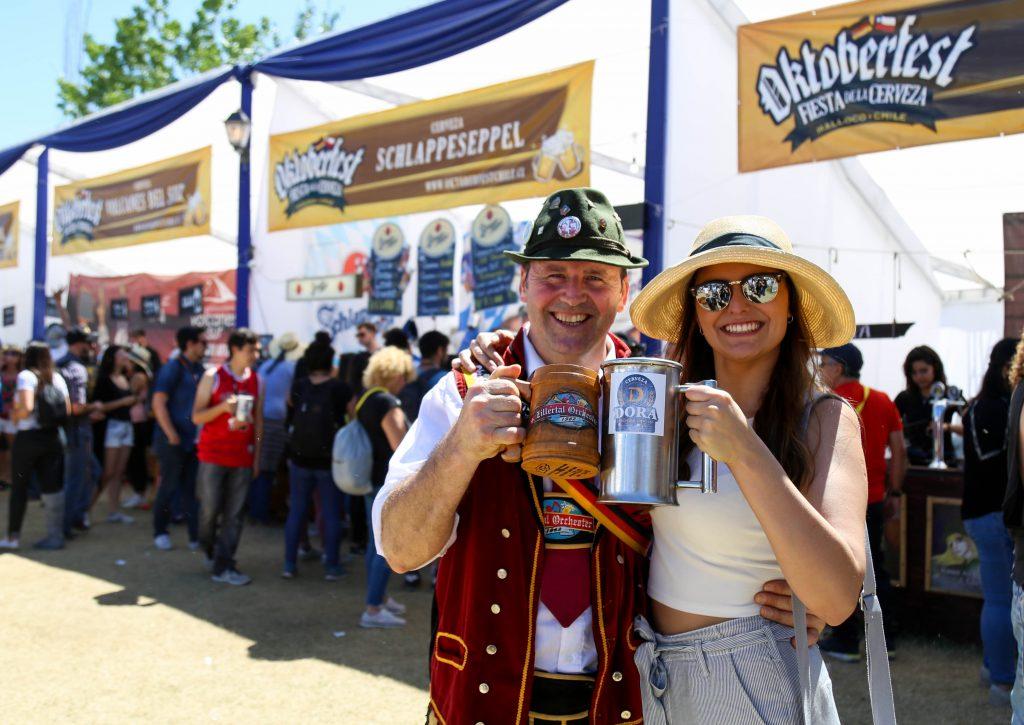 hombre y mujer bebiendo cerveza en oktoberfest chile