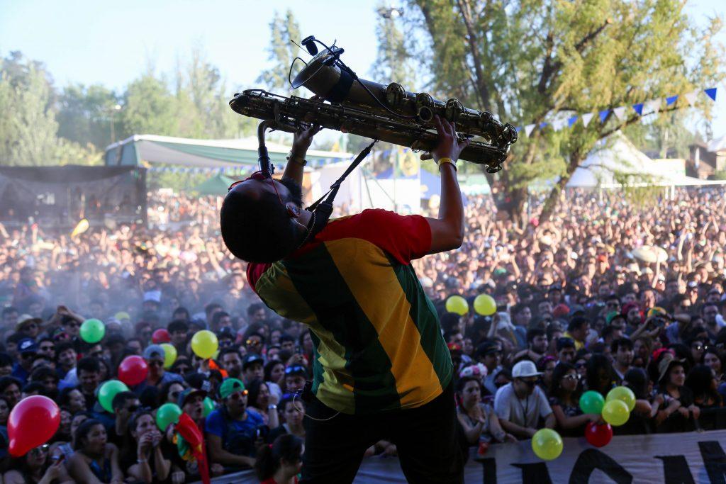 hombre tocando el saxofon en oktoberfest chile