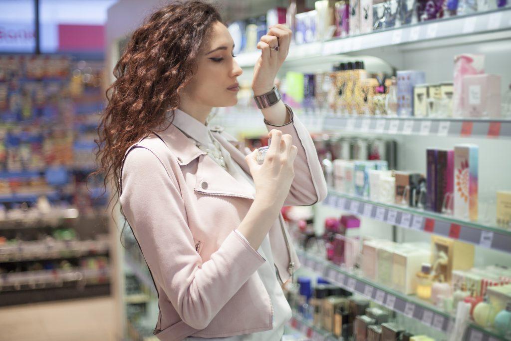 mujer oliendo perfumes