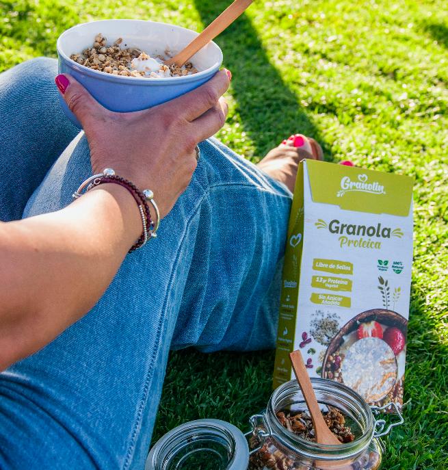 mujer en el parque comiendo granola