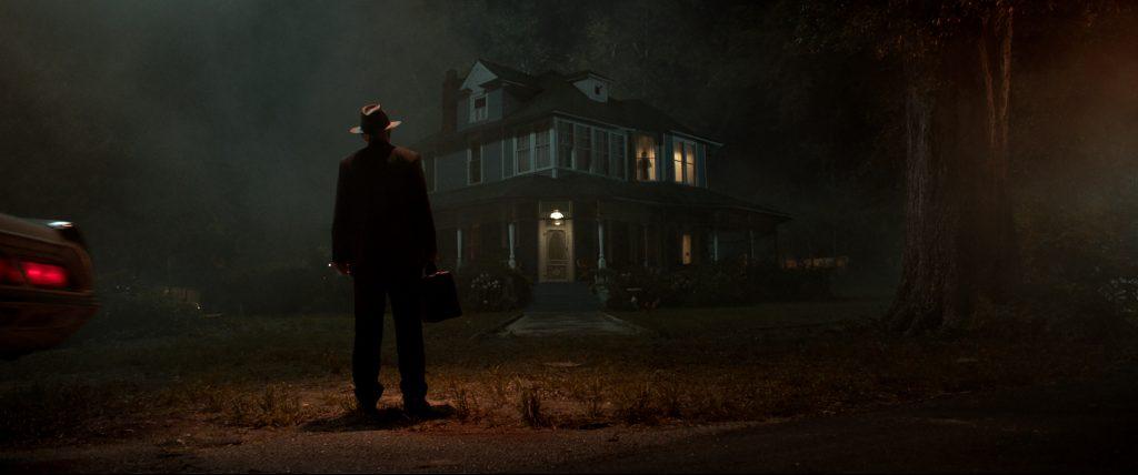 hombre mirando a casa embrujada